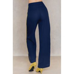 NA-KD Trend Szerokie spodnie w paski - Blue,Multicolor. Paski damskie NA-KD Trend, w paski, z poliesteru. W wyprzedaży za 73.48 zł.