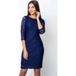 Granatowa koronkowa sukienka z rękawami 3/4 QUIOSQUE. Szare sukienki damskie QUIOSQUE, w koronkowe wzory, z dzianiny, eleganckie, z klasycznym kołnierzykiem. W wyprzedaży za 119.99 zł.
