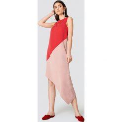 Trendyol Asymetryczna sukienka midi - Pink,Red. Sukienki damskie Trendyol, z lyocellu, z asymetrycznym kołnierzem, z krótkim rękawem. W wyprzedaży za 72.78 zł.