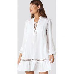 Trendyol Sukienka mini z bufiastym rękawem - White. Białe sukienki damskie Trendyol, dekolt w kształcie v. Za 121.95 zł.
