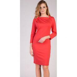 Koralowa sukienka z kołnierzem QUIOSQUE. Czerwone sukienki damskie QUIOSQUE, z dzianiny. W wyprzedaży za 69.99 zł.