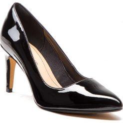 Szpilki CLARKS - Laina Rae 261351754 Black Patent. Czarne szpilki damskie Clarks, z lakierowanej skóry. W wyprzedaży za 279.00 zł.