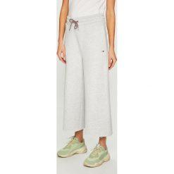 Tommy Jeans - Spodnie. Szare jeansy damskie Tommy Jeans, z bawełny. Za 399.90 zł.
