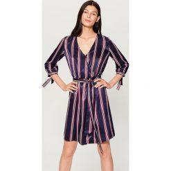 Satynowa sukienka w paski - Wielobarwn. Szare sukienki damskie Mohito, w paski, z satyny. W wyprzedaży za 99.99 zł.