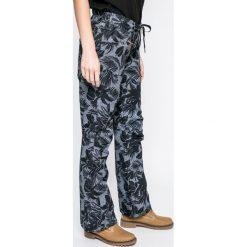 Roxy - Spodnie snowboardowe. Spodnie materiałowe damskie Roxy, z poliesteru. W wyprzedaży za 639.90 zł.