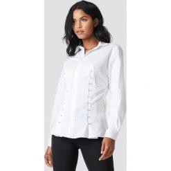NA-KD Trend Koszula z haftkami - White. Białe koszule damskie NA-KD Trend, z haftami, dekolt w kształcie v. Za 161.95 zł.