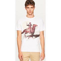 T-shirt z kowbojskim nadrukiem - Biały. T-shirty męskie marki Giacomo Conti. W wyprzedaży za 19.99 zł.