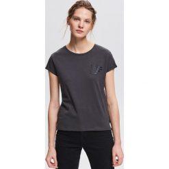 T-shirt z minimalistycznym napisem - Szary. Szare t-shirty damskie Reserved, z napisami. Za 24.99 zł.