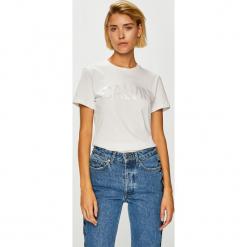 Calvin Klein Jeans - Top. Szare topy damskie Calvin Klein Jeans, z nadrukiem, z bawełny, z okrągłym kołnierzem, z krótkim rękawem. Za 179.90 zł.