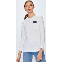 Calvin Klein Jeans - Bluzka. Szare bluzki damskie Calvin Klein Jeans, z aplikacjami, z bawełny, casualowe, z okrągłym kołnierzem. Za 199.90 zł.
