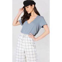 NA-KD Basic T-shirt z dekoltem V - Grey,Blue. Niebieskie t-shirty damskie NA-KD Basic, z bawełny. W wyprzedaży za 26.48 zł.