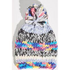 Kolorowa czapka z pomponem - Wielobarwn. Czapki i kapelusze damskie marki Sinsay. W wyprzedaży za 19.99 zł.