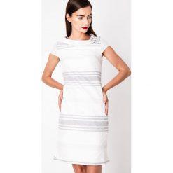 Biało-szara sukienka z haftem QUIOSQUE. Białe sukienki damskie QUIOSQUE, z haftami, z lakierowanej skóry, eleganckie, z kopertowym dekoltem, z krótkim rękawem. W wyprzedaży za 119.99 zł.
