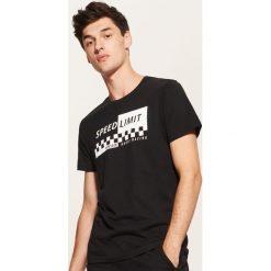 T-shirt z nadrukiem - Czarny. Czarne t-shirty męskie House, z nadrukiem. Za 29.99 zł.
