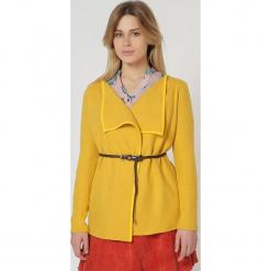 Sweter w kolorze żółtym. Żółte swetry damskie TrakaBarraka. W wyprzedaży za 109.95 zł.