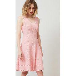 Sukienka w kolorze brzoskwiniowym. Sukienki damskie Rodier, klasyczne, z okrągłym kołnierzem. W wyprzedaży za 304.95 zł.