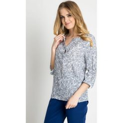 Biała bluzka w drobny wzór QUIOSQUE. Białe bluzki damskie QUIOSQUE, z wiskozy, klasyczne, z dekoltem w serek. W wyprzedaży za 69.99 zł.