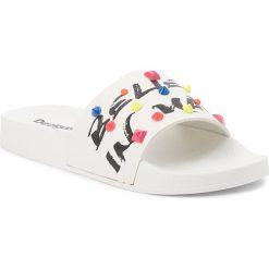 Klapki DESIGUAL - Slide Candy 18SSHP54 1000. Białe klapki damskie Desigual, ze skóry ekologicznej. W wyprzedaży za 119.00 zł.