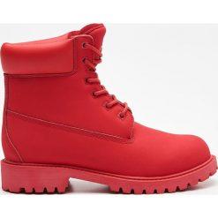 Czerwone trapery - Czerwony. Czerwone śniegowce i trapery damskie Cropp. W wyprzedaży za 169.99 zł.