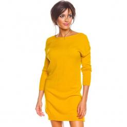 """Sukienka """"Bambi"""" w kolorze musztardowym. Żółte sukienki damskie So Cachemire, z kaszmiru, z okrągłym kołnierzem. W wyprzedaży za 173.95 zł."""