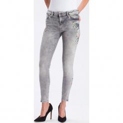 """Dżinsy """"Giselle"""" - Super Skinny fit - w kolorze jasnoszarym. Szare jeansy damskie Cross Jeans. W wyprzedaży za 136.95 zł."""