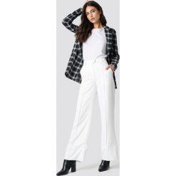 NA-KD Trend Rozszerzane spodnie - White. Białe spodnie materiałowe damskie NA-KD Trend. Za 161.95 zł.
