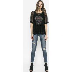 Guess Jeans - Top Fabulux. Czarne topy damskie Guess Jeans, z nadrukiem, z elastanu, z okrągłym kołnierzem, z krótkim rękawem. W wyprzedaży za 229.90 zł.