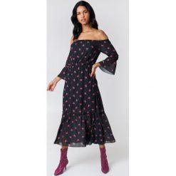 NA-KD Boho Sukienka z odkrytymi ramionami - Black. Czarne sukienki damskie NA-KD Boho, z nadrukiem, z poliesteru, boho, z falbankami, z krótkim rękawem. W wyprzedaży za 113.58 zł.