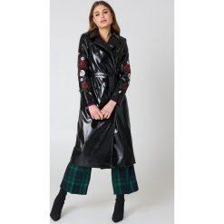NA-KD Lakierowany płaszcz z haftowanymi kwiatami - Black. Czarne płaszcze damskie NA-KD, z haftami, z lakierowanej skóry. W wyprzedaży za 121.49 zł.