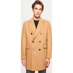 Dwurzędowy płaszcz z wełną - Beżowy. Brązowe płaszcze męskie Reserved, z wełny. Za 349.99 zł.