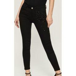 Spodnie skinny z aplikacją z pereł - Czarny. Spodnie materiałowe damskie marki Sinsay. W wyprzedaży za 39.99 zł.