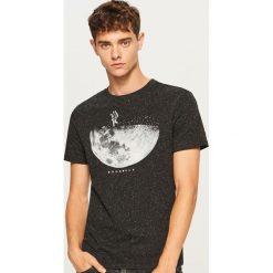 Melanżowy t-shirt z nadrukiem - Czarny. Czarne t-shirty męskie Reserved, z nadrukiem. Za 49.99 zł.