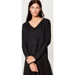 Sweter z błyszczącej dzianiny - Czarny. Czarne swetry damskie Mohito, z dzianiny. Za 99.99 zł.