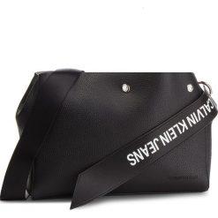 Torebka CALVIN KLEIN JEANS - Logo Banner Shoulder Bag K40K400825 001. Czarne listonoszki damskie Calvin Klein Jeans, z jeansu. Za 599.00 zł.