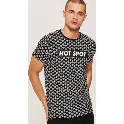 T-shirt z nadrukiem all over - Wielobarwn. Szare t-shirty męskie House, z nadrukiem. Za 39.99 zł.