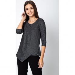 Asymetryczna czarna bluzka ze srebrnym połyskiem QUIOSQUE. Czarne bluzki damskie QUIOSQUE, w paski, z materiału, eleganckie, z asymetrycznym kołnierzem. Za 129.99 zł.