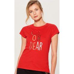 Koszulka z połyskującą aplikacją - Czerwony. Czerwone t-shirty damskie Mohito, z aplikacjami. Za 39.99 zł.