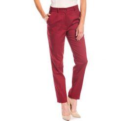 Klasyczne spodnie w kant  BIALCON. Czerwone spodnie materiałowe damskie BIALCON. W wyprzedaży za 84.00 zł.
