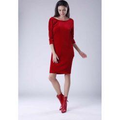 Czerwona Wyjściowa Sukienka Welurowa z Lejącym Dekoltem na Plecach. Czerwone sukienki damskie Molly.pl, z tkaniny, eleganckie, z dekoltem na plecach. Za 134.90 zł.