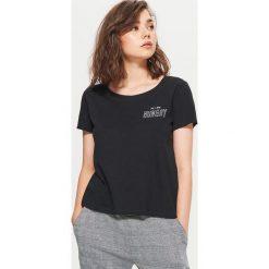 Koszulka z nadrukiem - Czarny. Czarne t-shirty damskie Cropp, z nadrukiem. Za 19.99 zł.