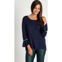 Granatowy sweter z rozkloszowanymi rękawami QUIOSQUE. Niebieskie swetry damskie QUIOSQUE, z dekoltem na plecach. W wyprzedaży za 59.99 zł.