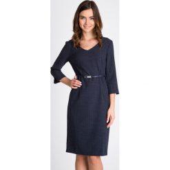 Ołówkowa sukienka w kropeczki QUIOSQUE. Szare sukienki damskie QUIOSQUE, w paski, z tkaniny, biznesowe, z dekoltem na plecach. W wyprzedaży za 149.99 zł.
