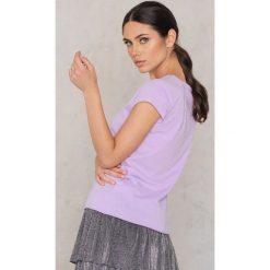NA-KD T-shirt Darlin' Glittery - Purple. T-shirty damskie NA-KD, z nadrukiem, z bawełny. W wyprzedaży za 24.29 zł.