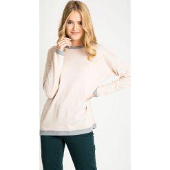 Jasnoróżowy sweter z szarymi wstawkami QUIOSQUE. Szare swetry damskie QUIOSQUE, z kontrastowym kołnierzykiem. W wyprzedaży za 49.99 zł.