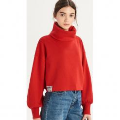 Krótka bluza z golfem - Czerwony. Czerwone bluzy damskie Sinsay. Za 49.99 zł.