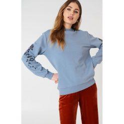 NA-KD Bluza z wyszywanymi różami na rękawach - Blue. Niebieskie bluzy damskie NA-KD. W wyprzedaży za 53.58 zł.