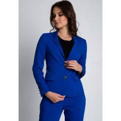 Niebieski dopasowany żakiet zapinany na guziki BIALCON. Niebieskie żakiety damskie BIALCON, biznesowe. W wyprzedaży za 300.00 zł.