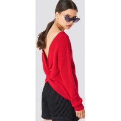 NA-KD Trend Sweter z węzłem na plecach - Red. Czerwone swetry damskie NA-KD Trend, z dzianiny, z dekoltem na plecach. Za 141.95 zł.