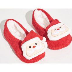 Kapcie świąteczne - Czerwony. Czerwone kapcie damskie Sinsay. Za 24.99 zł.