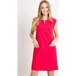 Malinowa sukienka z rozciętym dekoltem QUIOSQUE. Różowe sukienki damskie QUIOSQUE, eleganckie, z dekoltem na plecach, z krótkim rękawem. W wyprzedaży za 139.99 zł.